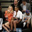 Caroline Wozniacki et Serena Williams lors du match entre les Knicks de New York et les Wizards de Washington au Madison Square Garden de New York, le 4 novembre 2014