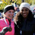 Caroline Wozniacki, félicité par son amie Serena Williams lors du marathon de New York, le 2 novembre 2014 à New York
