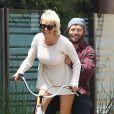 Pamela Anderson fait du vélo avec son mari Rick Salomon à Malibu, le 8 juin 2014. L'ex-Playmate a dit une nouvelle fois oui à son ex en janvier 2014.