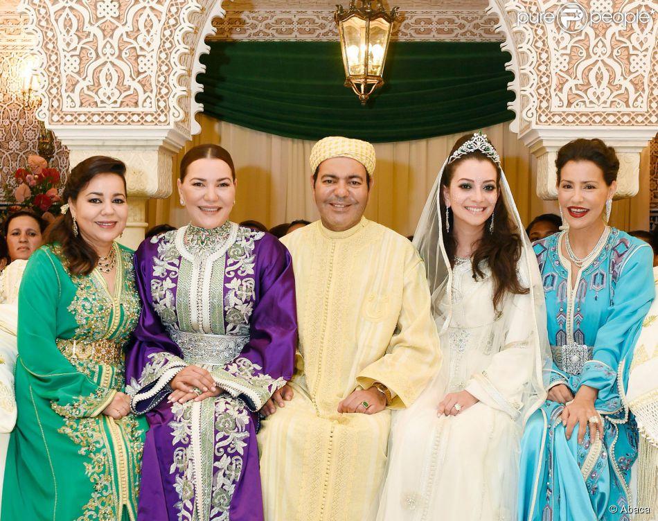 Les princesses Lalla Asma, Lalla Hasna et Lalla Meryem entourent leur frère le prince Moulay Rachid du Maroc et sa femme Lalla Oum Keltoum lors de leur mariage, le 14 novembre 2014 au palais royal à Rabat, à l'occasion de la cérémonie de La Berza (présentation des mariés).
