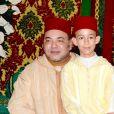 Le roi Mohammed VI du Maroc et son fils le prince héritier Moulay El Hassan lors du mariage du prince Moulay Rachid du Maroc et de Lalla Oum Keltoum, le 14 novembre 2014 au palais royal à Rabat, à l'occasion de la cérémonie de La Berza (présentation des mariés).