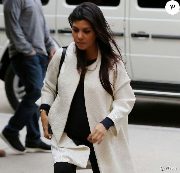 Kourtney Kardashian, enceinte, arrive au restaurant Kate Mantilini à Woodland Hills. Le 17 novembre 2014.