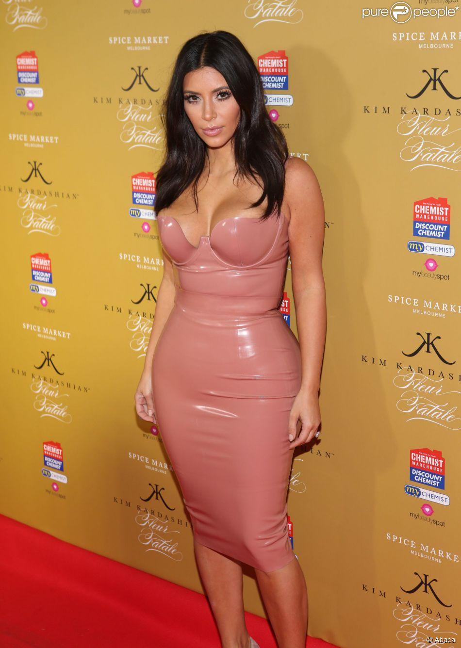 Kim Kardashian, divine dans sa tenue en latex Atsuko Kudo et chaussée de souliers Giuseppe Zanotti, célèbre la sortie de son nouveau parfum, Fleur Fatale, au Spice Market à Melbourne. Le 18 novembre 2014.