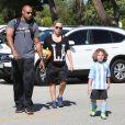 Kendra Wilkinson enceinte et son mari Hank Baskett encouragent leur fils Hank lors de son match de football à Woodland Hills, le 30 mars 2014.