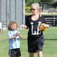 Kendra Wilkinson enceinte avec son fils Hank à Woodland Hills, le 30 mars 2014.