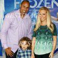 Kendra Wilkinson avec son mari et son fils à Hollywood, le 19 novembre 2013.