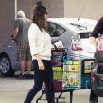 La jeune maman Mila Kunis fait ses courses à Studio City, le 25 novembre 2014.