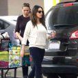 La jeune maman Mila Kunis, est allée faire du shopping avec une amie à Studio City, le 25 novembre 2014.