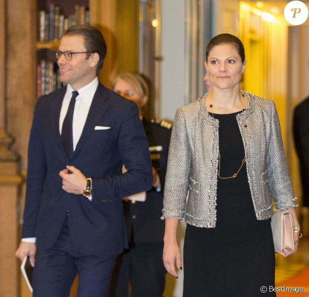 La princesse Victoria de Suède et son mari le prince Daniel assistaient le 25 novembre 2014 dans la bibliothèque Bernadotte du palais royal, à Stockholm, à un séminaire sur la lutte contre l'exclusion chez les jeunes.