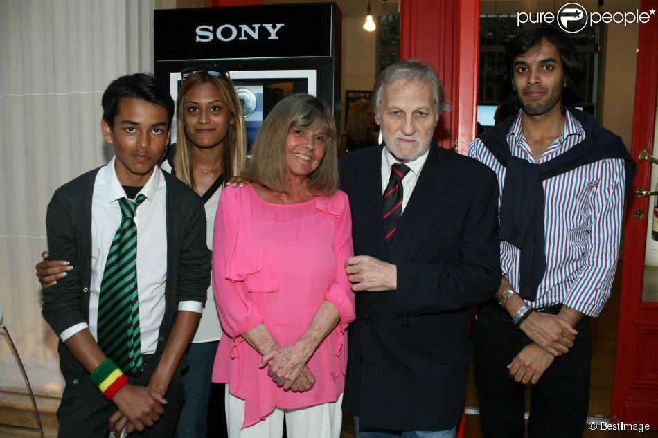Exclusif - Jean-Jacques Debout, Chantal Goya et ses petits enfants Sanjay, Samantha et Alexandre - Jean-Jacques Debout reçoit 2 Disques d'Or chez Sony à Paris le 19 juin 2014.