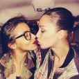 Shy'm et Inès Rau sur le point d'échanger un baiser à Paris le 27 février 2014.
