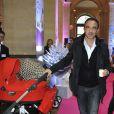 """Exclusif - Nikos Aliagas - 3ème présentation du Spot """"e-fluent mums"""", le salon des parents blogueurs, au Palais Brongniart à Paris, le 3 décembre 2014."""