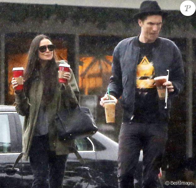 Exclusif - Demi Moore et son compagnon Sean Friday, sous la pluie, à la sortie d'un Starbucks à Los Angeles le 30 novembre 2014