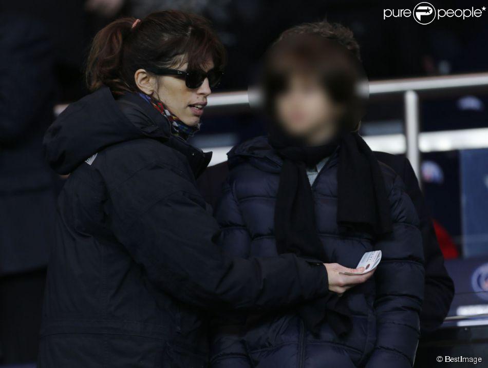Maïwenn et son fils Diego lors du match entre le PSG et Nantes le 6 décembre au Parc des Princes à Paris