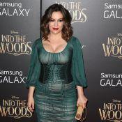 Alyssa Milano, pulpeuse dans une robe moulante devant Emily Blunt in love