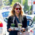 Jessica Alba achète des jus de fruits chez Whole Foods puis se rend à son bureau à Santa Monica, le 8 décembre 2014.