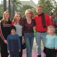 John Schneider, son épouse et ses enfants en 2000.