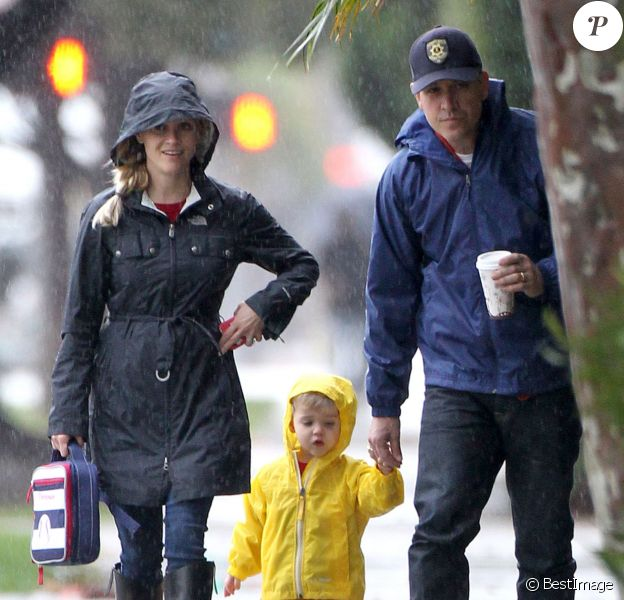 Exclusif - Malgré la pluie, Reese Witherspoon et son mari Jim Toth sont allés se promener avec leur fils Tennessee dans les rues de Santa Monica. Le 12 décembre 2014.