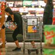 Kim Kardashian fait des courses dans un supermarché Ralph's à Los Angeles. Le 23 décembre 2014.