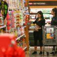 Kim Kardashian fait des courses dans un supermarché Ralph's. Los Angeles, le 23 décembre 2014.