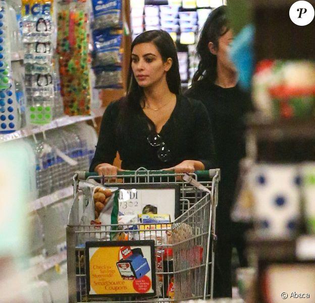 Kim Kardashian en pleine mission courses dans un supermarché Ralph's à Los Angeles. Le 23 décembre 2014.