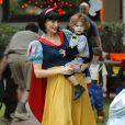 Molly Sims, déguisée en Blanche Neige, et son fils Brooks, déguisé en Batman, se rendent à une fête Halloween à Brentwood. Le 31 octobre 2014