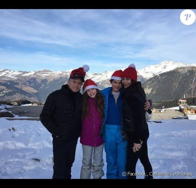 Catherine Zeta-Jones en vacances avec Michael Douglas et leurs deux enfants, Carys et Dylan, dans les Alpes. (photo postée le 25 décembre 2014)