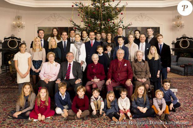 Photo de groupe de la réunion de famille au palais de Fredensborg pour le Noël 2015 de la famille royale danoise, à l'initiative de la reine Margrethe II de Danemark, qui avait convié la branche grecque (du côté de sa soeur Anne-Marie) et le clan Berleburg (du côté de son autre soeur, Benedikte).