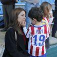 Fernando Torres lors de sa présentation comme nouveau joueur de l'équipe de football Atlético de Madrid à Vicente Calderon à Madrid le 4 janvier 2015 devant sa femme Olalla Domínguez et leurs enfants, Leo (3 ans et demi) et Nora (5 ans).