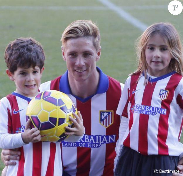 Fernando Torres lors de sa présentation comme nouveau joueur de l'équipe de football Atlético de Madrid au stade Vicente Calderon à Madrid le 4 janvier 2015 devant sa femme Olalla Domínguez et leurs enfants, Leo (3 ans et demi) et Nora (5 ans).