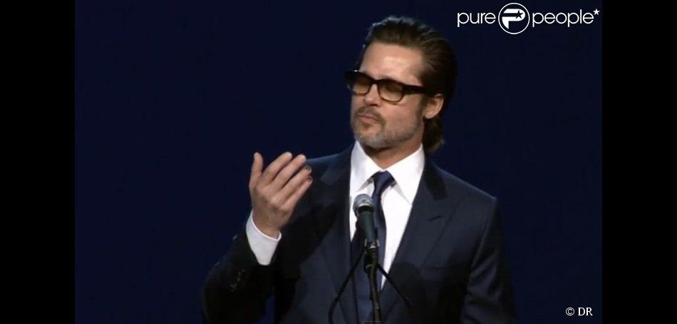 Brad Pitt avec ses ongles manucurés lors de la soirée de gala du Palm Springs Festival, le 3 janvier 2015. (capture d'écran)