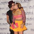 """Sara (Secret Story 8) embrasse sa petite-amie Aurore - Cérémonie des """"Lauriers TV Awards 2015"""" à la Cigale à Paris, le 6 janvier 2015."""