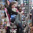 Angelina Jolie faisant du shopping avec ses enfants. On la voit avec Zahara le 7 janvier 2015 à Rome