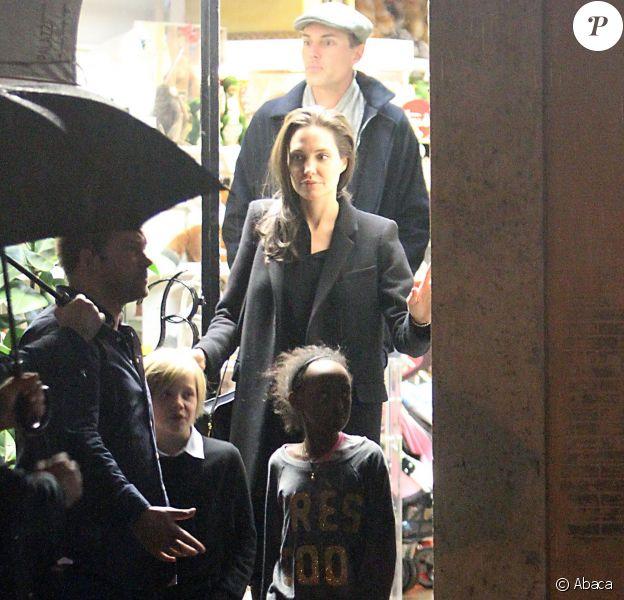 Angelina Jolie fait du shopping avec ses enfants. On la voit avec Zahara et Shiloh le 7 janvier 2015 à Rome