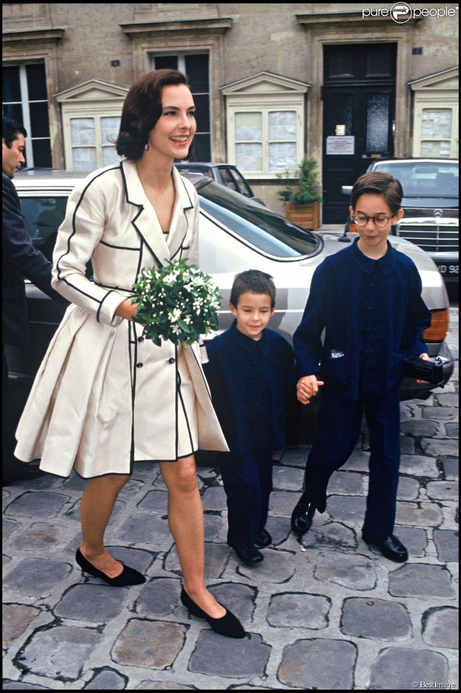 carole bouquet avec ses fils dimitri et louis le jour de son mariage avec jacques leibowitch en. Black Bedroom Furniture Sets. Home Design Ideas