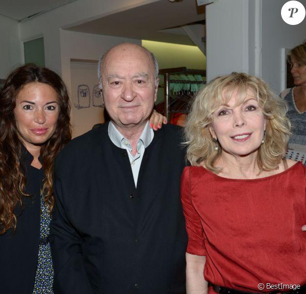Georges Wolinski entre sa fille Elsa et sa femme Maryse lors des 25 ans de l'eau dynamisante chez Colette à Paris, le 29 mai 2012