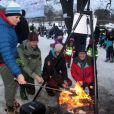 Barbecue au polaire, en voilà une sympathique activité ! Le prince Haakon et la princesse Mette-Marit de Norvège donnaient le coup d'envoi de l'Année 2015 des loisirs en plein air, le 13 janvier 2015 à Oslo.