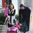 Exclusif - Alyson Hannigan et son mari Alexis Denisof se promènent avec leurs filles à Brentwood Los Angeles, le 27 décembre 2014