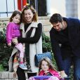 Exclusif - Alyson Hannigan et son mari Alexis Denisof se promènent avec leurs filles Satyana et Keeva à Brentwood Los Angeles, le 27 décembre 2014