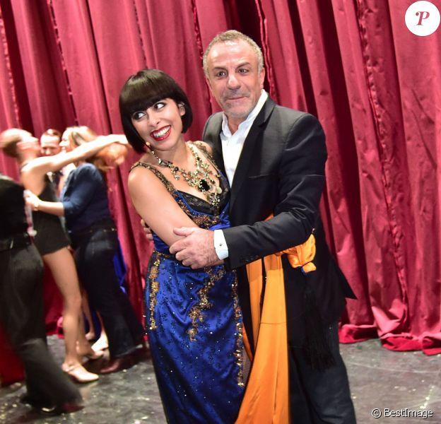 """Moment d'émotion entre Carmen Maria Vega et Albert Cohen pour la dernière du spectacle """"Mistinguett, reine des années folles"""" au Casino de Paris, le 18 janvier 2015."""