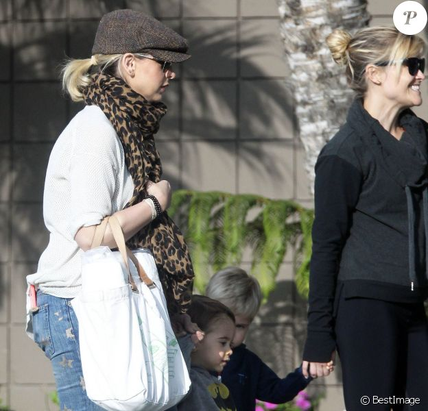 Exclusif - L'actrice Sarah Michelle Gellar et son fils Rocky rencontrent Reese Witherspoon et son fils Tennessee dans la rue à Santa Monica, le 21 janvier 2015.