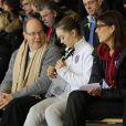 La princesse Alexandra de Hanovre entre son oncle, le prince Albert de Monaco, et sa maman, la princesse Caroline de Hanovre, venus la soutenir alors qu'elle présentait son programme long de patinage au Festival olympique de la jeunesse européenne (FOJE) d'hiver 2015, le 28 janvier à Dornbirn, en Autriche.
