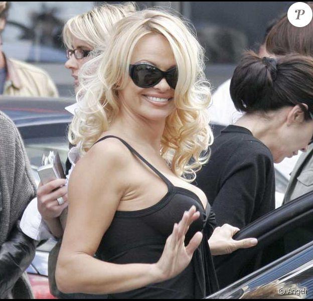 Pamela Anderson en noir pour la Méthode Cauet