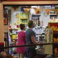 Exclusif - Simon Baker et sa femme Rebecca Rigg se promènent à Bondi Beach le 22 janvier 2015, à Sydney, en Australie, avant de dîner sans leurs trois enfants au restaurant Icebergs Dining Room.