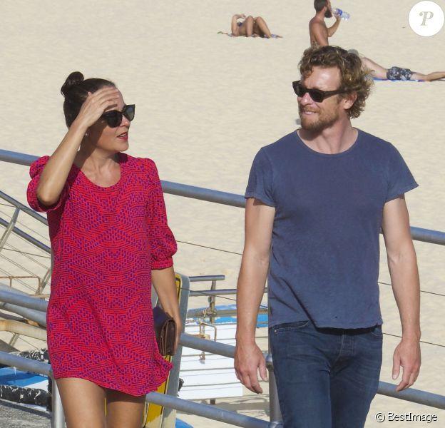 Exclusif - Simon Baker et sa femme Rebecca Rigg se promènent sur la plage de Bondi Beach le 22 janvier 2015, à Sydney, en Australie, avant de dîner sans leurs trois enfants au restaurant Icebergs Dining Room.