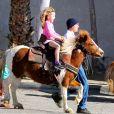Ben Affleck en direction du Farmers Market avec ses enfants Violet, Seraphina et Samuel à Pacific Palisades, le 1er février 2015.