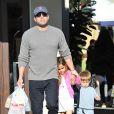 Ben Affleck se rend au Farmers Market avec ses enfants Violet, Seraphina et Samuel à Pacific Palisades, le 1er février 2015.