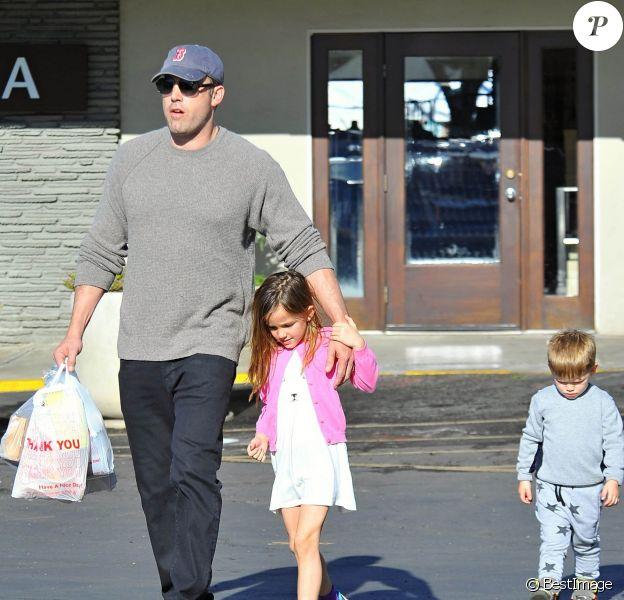 L'acteur Ben Affleck se rend au Farmers Market avec ses enfants Seraphina et Samuel à Pacific Palisades, le 1er février 2015.