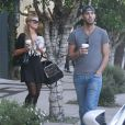 Paris Hilton et un inconnu ont acheté des boissons chaudes à West Hollywood Los Angeles, le 31 Janvier 2015