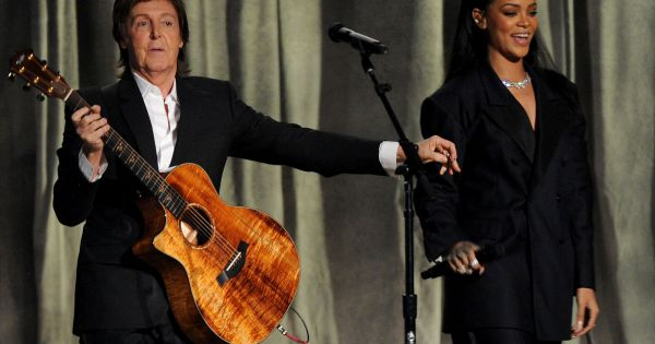 rihanna et paul mccartney interpr tent fourfiveseconds lors des 57e grammy awards au staples. Black Bedroom Furniture Sets. Home Design Ideas